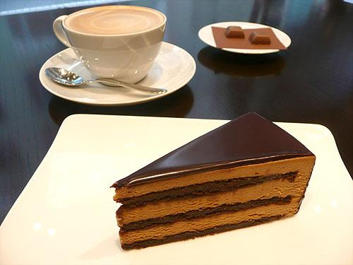 焼きたてクロワッサンにチョコレートをからめて朝食!?「リンツ ショコラ カフェ 渋谷店」がオープン!