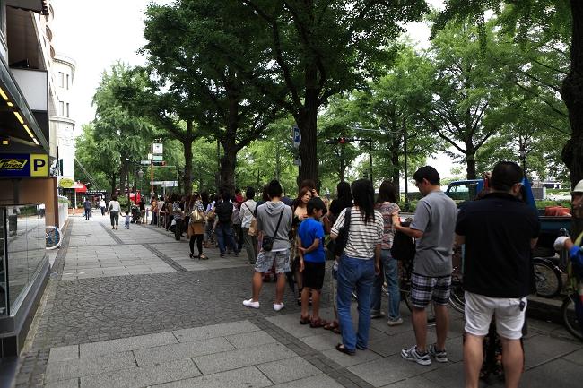 エッグスンシングス 横浜山下公園店のオープン当日は大行列